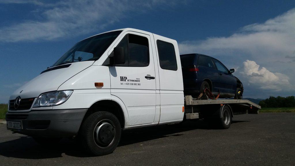 Jedno z odtahových vozidel pro přepravu vozidel určených k ekologické likvidaci